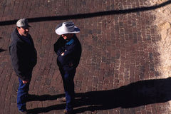 蓄牧者谈话在街道 库存图片