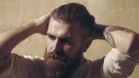 蓄着长胡须的嬉皮士 理发店理发师和理发沙龙 留胡子男子到理发店 影视素材