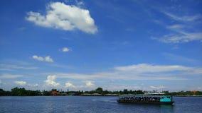 蓝天、云彩和客船 库存照片