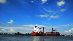 蓝天、云彩和集装箱船 库存图片