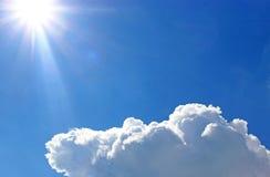 蓝天、太阳光芒和一朵白色云彩 免版税库存图片