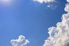 蓝天、太阳和云彩 横幅的,卡片,网,广告背景 库存照片