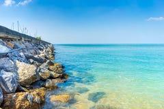 蓝天、海和岩石在芭达亚泰国 免版税库存图片
