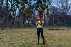 蓝天、红色帽子和绿色毛线衣 图库摄影