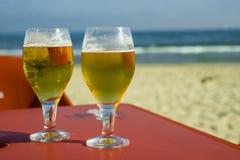 蓝天、红色桌和啤酒 库存照片