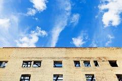 蓝天上面被擦亮的房子 库存图片