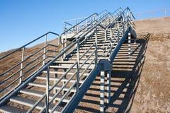 蓝天不锈的楼梯钢 免版税库存照片
