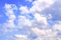 蓝天光芒和白色云彩 免版税库存图片