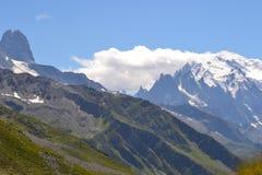 蓝天冰冷的山风景 库存图片