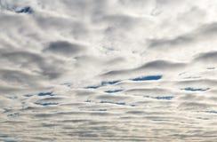 蓝天和云彩在一个晴天 库存照片