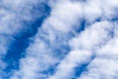 蓝天和云彩在一个晴天 免版税库存图片
