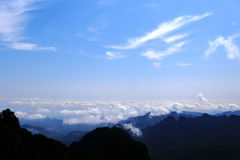 蓝天和云彩在武当山,一个著名道士圣地在中国 免版税库存照片