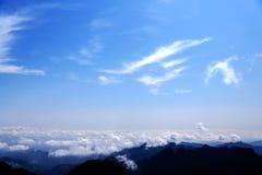 蓝天和云彩在武当山,一个著名道士圣地在中国 库存照片