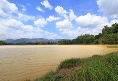 蓝天和云彩在河在夏日 免版税库存照片