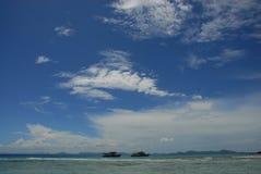 蓝天和云彩在海 免版税库存照片