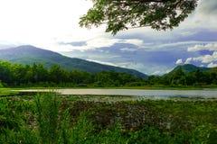 蓝天和云彩在水库 免版税库存照片