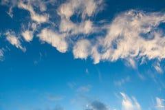 蓝天和云彩天空在黄昏 免版税库存图片