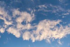蓝天和云彩天空在黄昏 免版税库存照片
