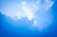 蓝天和云彩抽象例证 库存照片