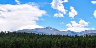 蓝天和云彩渴望峰顶 免版税库存图片