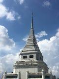 蓝天和云彩背景的白色塔 库存照片