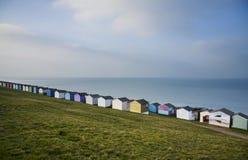 蓝天和五颜六色的海滩小屋沿Whitstab海岸线  免版税库存图片