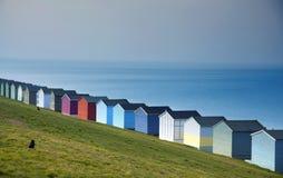 蓝天和五颜六色的海滩小屋沿Whitstab海岸线  图库摄影