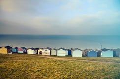 蓝天和五颜六色的海滩小屋沿Whitstab海岸线  免版税库存照片