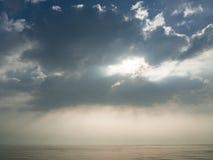 蓝天和剧烈的云彩五颜六色的backgraound 免版税库存图片