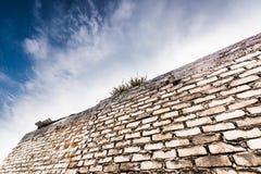蓝天和墙壁 免版税库存照片