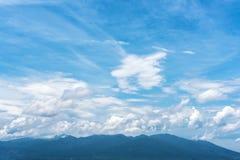 蓝天和多云与在雾的山 库存图片