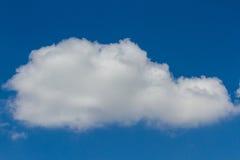 蓝天和大白色云彩 免版税库存照片