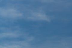 蓝天和小束的白色云彩背景 库存图片