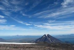 蓝天和山Beautifull横向  免版税库存照片