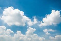 蓝天和微小的云彩 免版税图库摄影