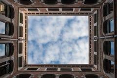 蓝天和松的云彩 免版税库存图片