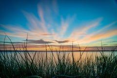 蓝天和橙色日落在一个湖在澳大利亚 库存照片