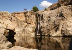 蓝天和河岩石 库存照片