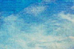 蓝天和白色云彩与墙壁纹理筛选f 库存图片