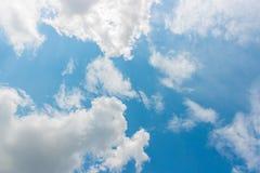 蓝天和白色云彩反对太阳 免版税库存图片