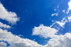 蓝天和白色云彩看很明亮在夏天 免版税库存照片