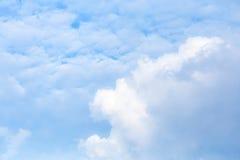 蓝天和白色云彩:为在简单的天空,共产主义者的文本使用空间 免版税库存照片