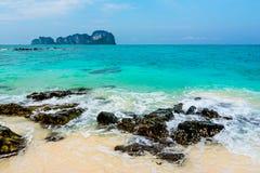 蓝天和白色沙子在竹海岛,泰国 库存图片