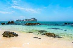 蓝天和白色沙子在竹海岛,泰国 库存照片