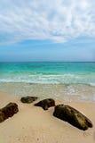 蓝天和白色沙子在竹海岛,泰国 图库摄影
