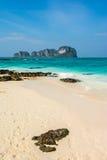 蓝天和白色沙子在竹海岛,泰国 免版税库存图片