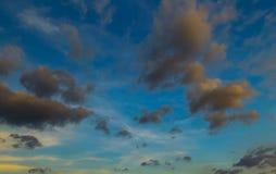 蓝天和移动的云彩 免版税库存图片