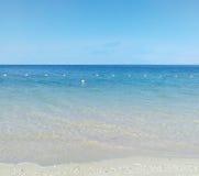 蓝天和纯净海海滩 免版税库存图片