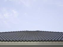 蓝天和蓝色屋顶房子 免版税图库摄影