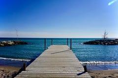 蓝天和水与船坞 免版税库存图片